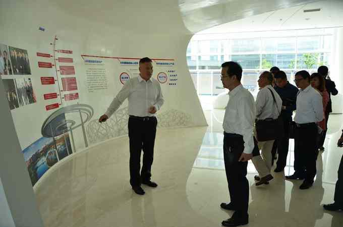 黄汉锋高度评价了青岛园区在生物医药产业招商方面所获得的成绩,认为